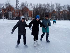 Артём и Андрей учат Владу кататься на коньках